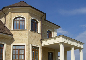 Отделка фасада загородного дома декором